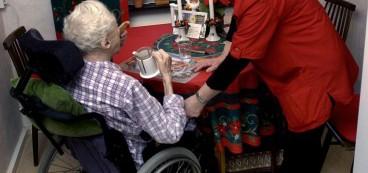 Flera studier visar att brukarna är nöjdare i privat äldreomsorg än i kommunal.